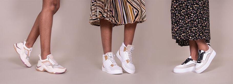 Welke sneakers draag je onder een jurk?