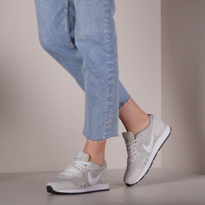 Beige NIKE Lage sneakers VENTURE RUNNER WMNS - larger