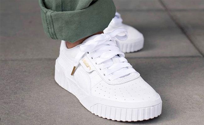 8b669ef7183 Probeer dan de vlek weg te stomen door de sneaker twee tot drie minuten zo'n  tien centimeter boven een waterkoker met kokend water te houden.
