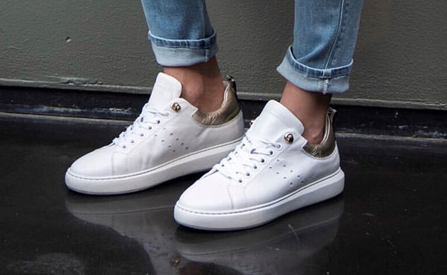 a66a2146804 Let op: zijn je witte sneakers van suède? Dan moet je niet met sopjes, maar  met een suèdeborstel in de weer. Die zorgt ervoor dat je toppers weer spik  en ...
